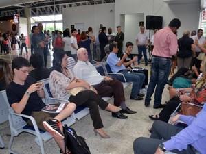 Passageiros esperam embarque no aeroporto de Araraquara, SP (Foto: Felipe Turioni/G1)