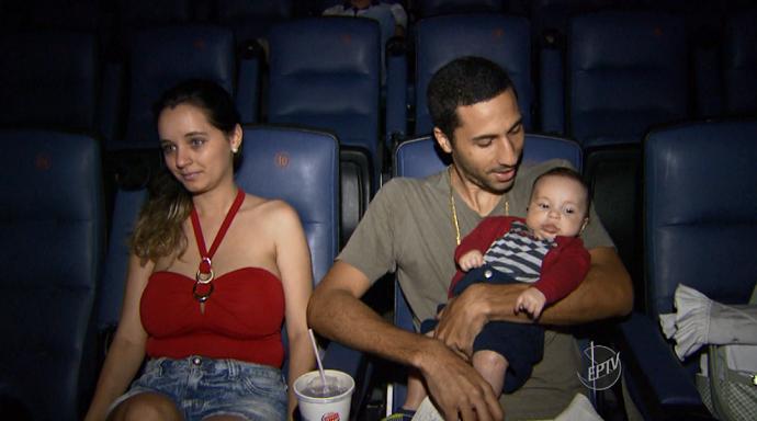 Os pais e seus bebês curtem o filme no escurinho do cinema (Foto: reprodução EPTV)