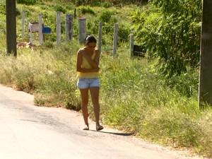 Sem calçada, moradores de bairro de São José têm de andar pela rua (Foto: Éder Ribeiro/EPTV)
