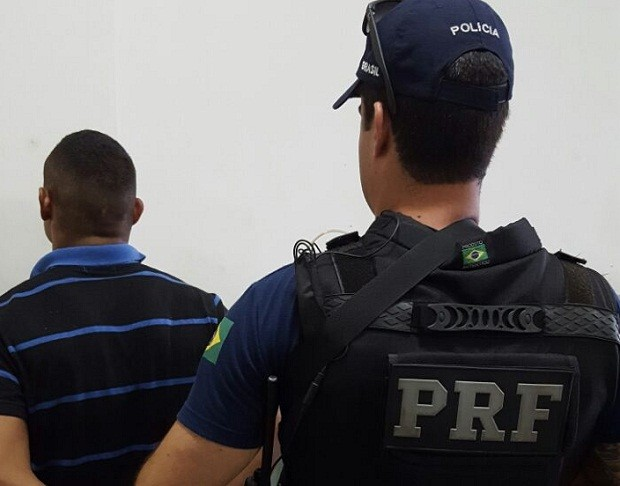 Após prisão, foragido foi conduzido para delegacia da Polícia Civil (Foto: Foto: Divulgação / PRF)