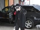 Lady Gaga volta a esconder o rosto e usa máscara imensa em Nova York