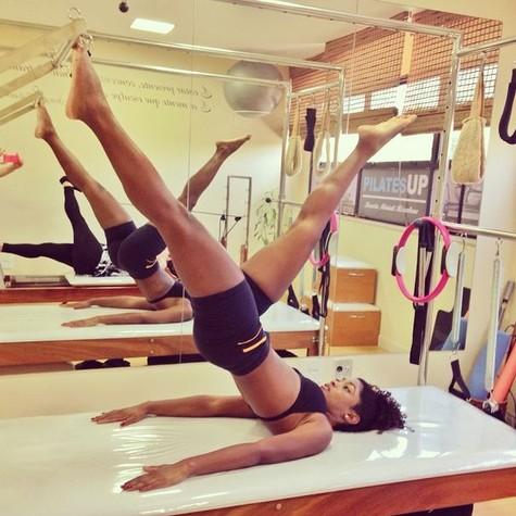 Erika Januza faz aulas de pilates (Foto: Reprodução)