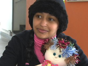 Crianças recebem o presente durante o tratamento. (Foto: Reprodução/TV Vanguarda)