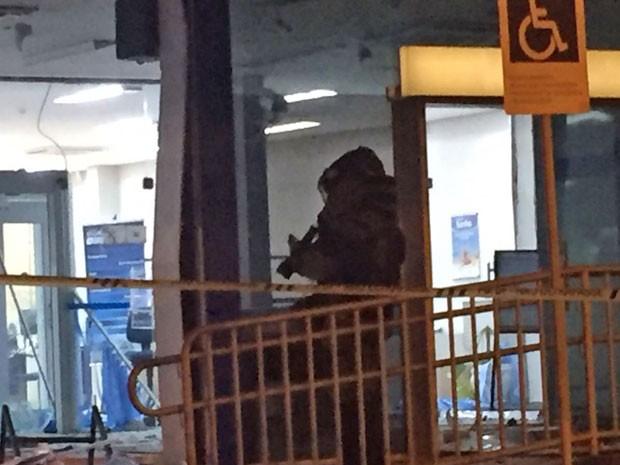 Membro do Batalhão de Operações Especiais da PM durante varredura em agência bancária do DF que teve caixas eletrônicos explodidos na madrugada desta terça-feira (22) (Foto: Polícia Militar/Divulgação)