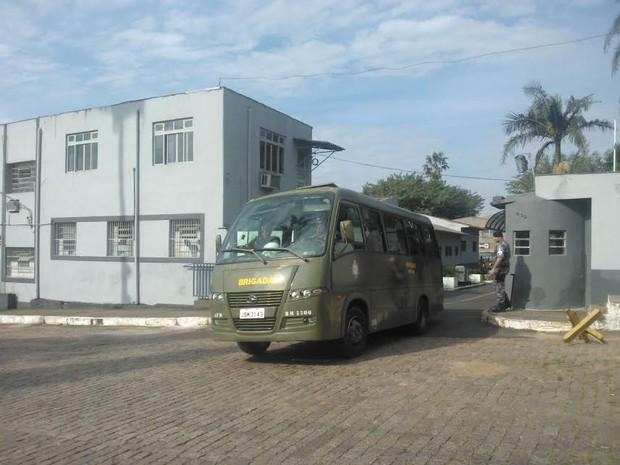 Apenas veículos com documentação em dia saíram do Batalhão de Operações Especiais para o direção ao Beira-Rio para policiamento no jogo do Inter (Foto: Ivani Schutz/RBS TV)