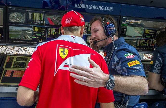 Sebastian Vettel foi reclamar com Christian Horner (Foto: AFP)