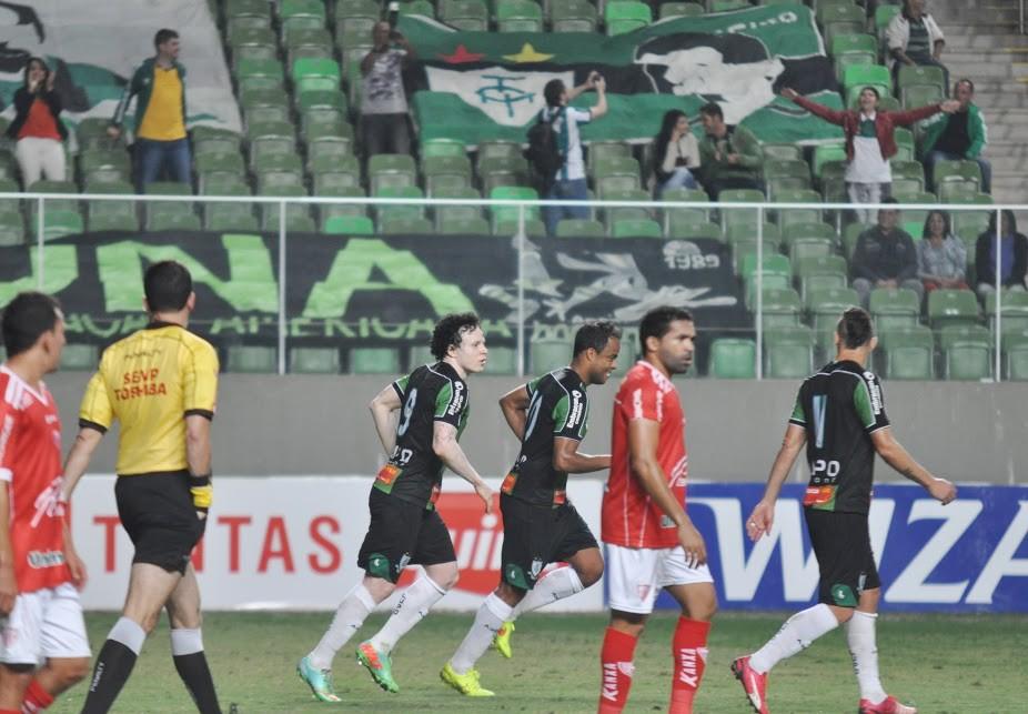 Mancini comemora gol do Coelho na vitória do América-MG sobre o Mogi