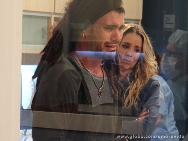 Ninho olha Paulinha através do vidro (Foto: Amor à Vida / TV Globo)