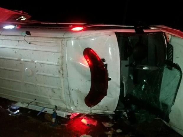 Uma ambulância capotou na BR-428 (Foto: Divulgação / Polícia Rodoviária Federal)