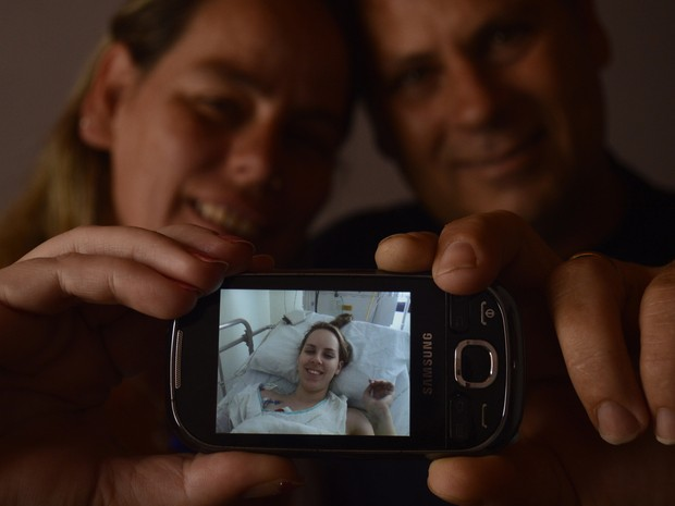 Pais de Ingrid comemora a saída da filha da CTI (Foto: Caco Konzen/Ag. RBS/Folhapress)
