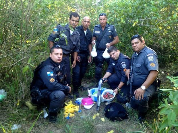 Os policiais receberam denúncia e encontraram drogas, arma e munições (Foto: Polícia Militar)