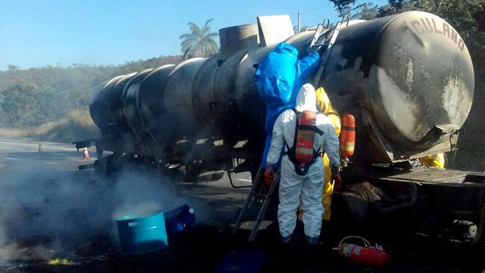 Bombeiros tentam conter vazamento de carreta com ácido clorídrico que pegou fogo na BR-381, na Grande BH (Foto: Divulgação/ Corpo de Bombeiros)