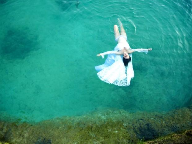 Fotógrafo fez imagem da grávida Sand Guimarães na água (Foto: Jonathas Sansi/Divulgação)