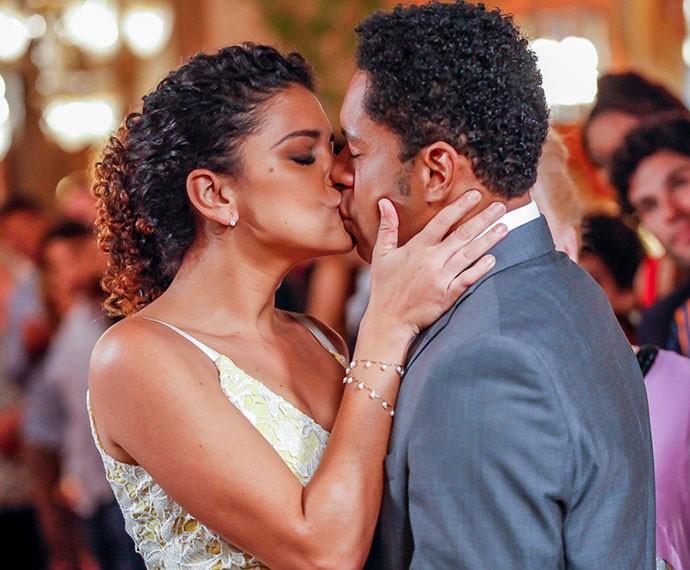 Um beijo apaixonado para comemoram (Foto: Artur Meninea/TV Globo)