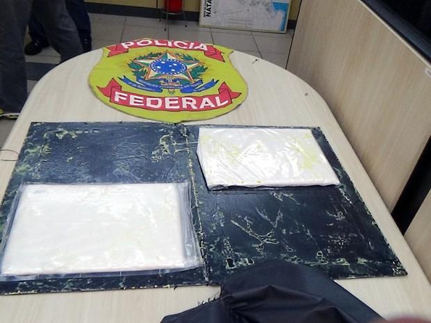 Droga foi encontrada no fundo falso de uma mala (Foto: Divulgação/PF)