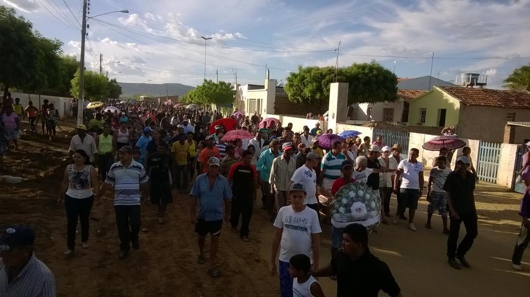 Oito corpos foram enterrados no distrito de São Caetano do Navio, em Betânia. (Foto: Devyd Santos/ TV Asa Branca)