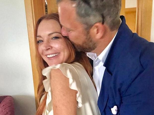 Novo amor? Lindsay Lohan posa com homem misterioso (Foto: Reprodução/Instagram)