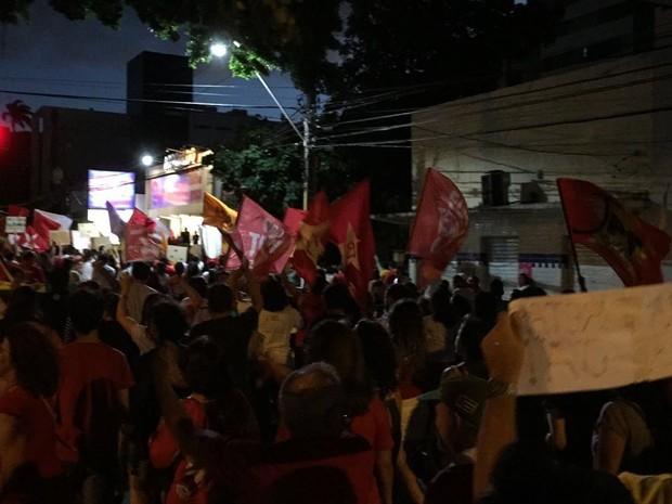 Manifestantes se concentraram na Praça Cívica de onde saíram em direção ao shopping Via Direta (Foto: Mateus Cardoso)