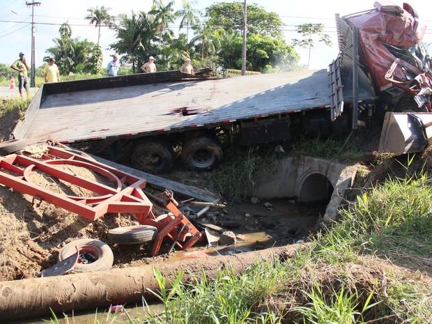 Caminhão atingiu uma adutora e provocou o rompimento de uma rede próxima (Foto: Águas de Joinville/Divulgação)