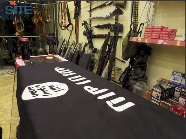 Imagem de dentro da loja do Estado Islâmico em Mosul, no Iraque, mostra armas e acessórios de guerra (Foto: Reprodução/ Twitter/ Rita Katz)