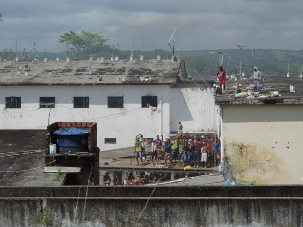 Reeducandos sobem no telhado da penitenciária para protestar (Foto: Katherine Coutinho/G1)