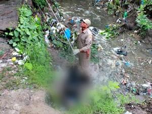 Corpo de homem é encontrado em igarapé na Zona Leste de Manaus (Foto: Rosianne Couto)