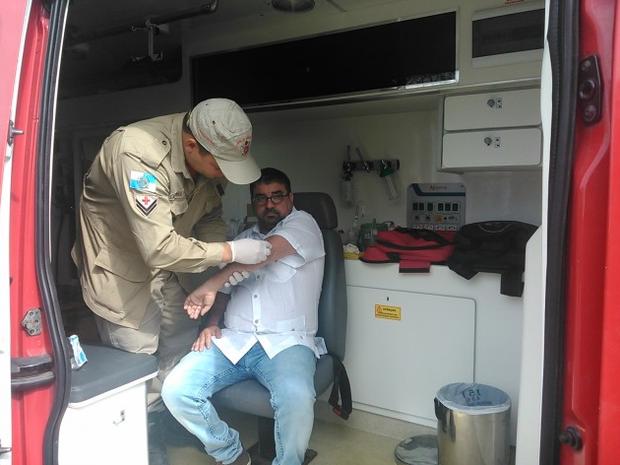Prefeito Quaquá foi medicado após a agressão (Foto: Rafael Zarôr / Divulgação Prefeitura)