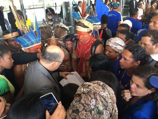 Índios e representantes do Movimento dos Pescadores e Pescadoras Artesanais durante protesto contra PEC do teto de gastos em Brasília (Foto: Gabriel Luiz/G1)