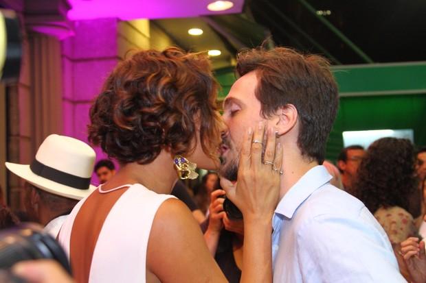 Camila Pitanga beija Igor Angelkorte no Festival do Rio (Foto: Anderson Borde/Ag. News)