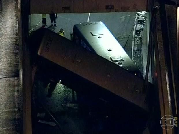 Ônibus caiu de viaduto sobre outro coletivo na Barra da Tijuca, no Rio, neste sábado (20) (Foto: Reprodução/TV Globo)