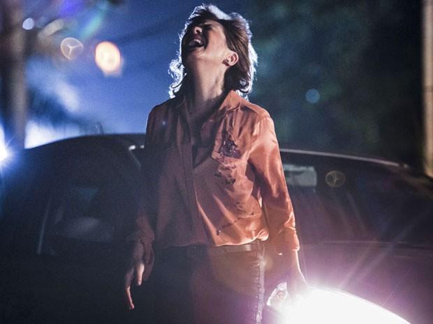 Inês leva tiro de Beatriz (Foto: Raphael Dias/Gshow)