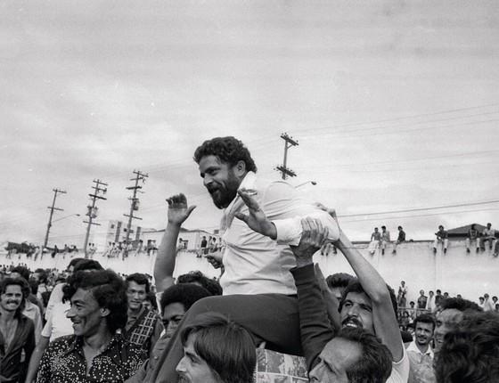 Grevistas do ABC paulista carregam Lula nos braços em 1979.Visto como moderado,surge como uma liderença alternativa ao Brizolismo (Foto:  Márcio Arruda / Agência O Globo )