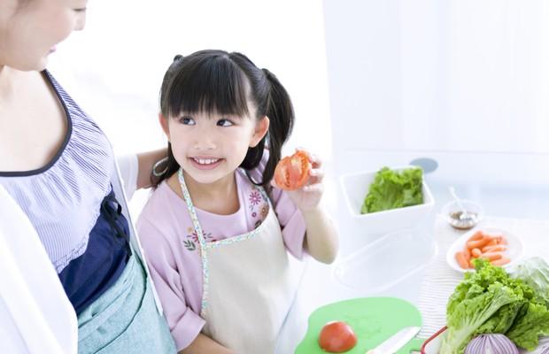 Envolver a criança no preparo é uma boa estratégia (Foto: Thinkstock)