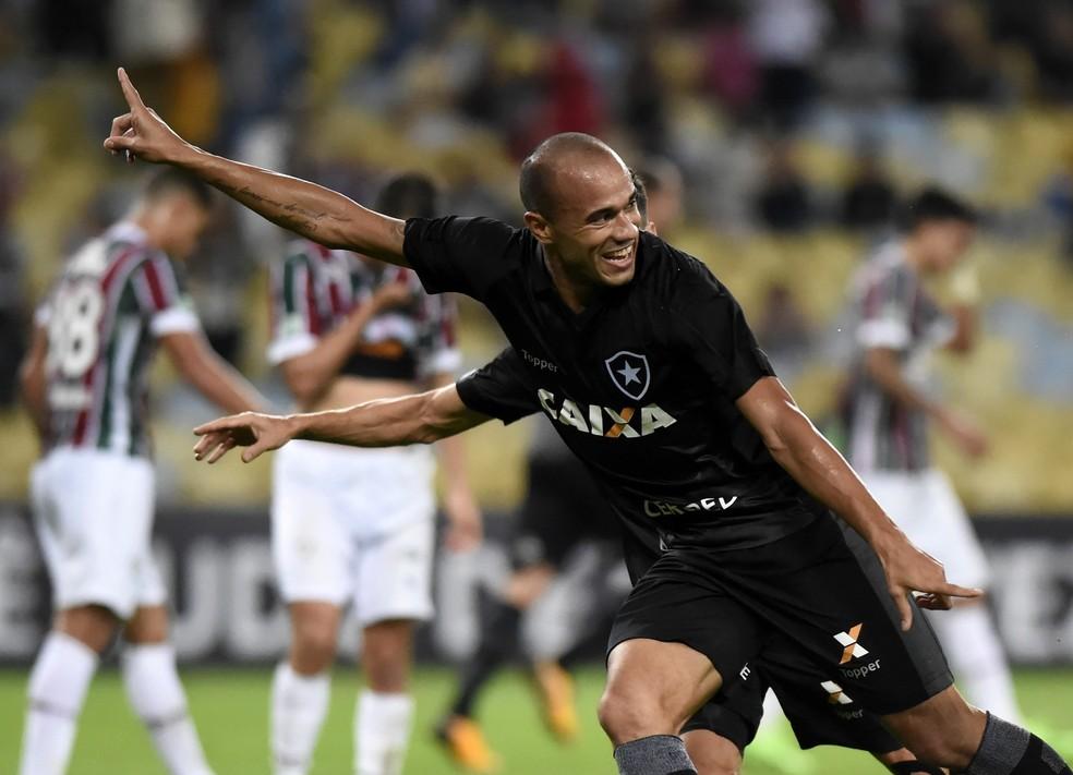 Roger comemora o gol da vitória do Botafogo diante do Flu (Foto: André Durão)
