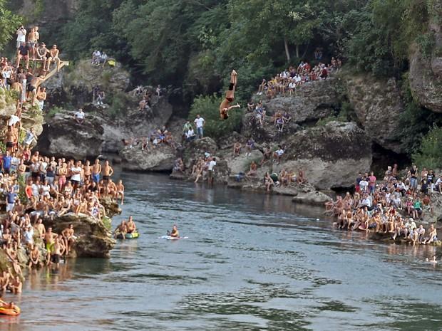 Concurso de mergulho na cidade de Mostar, Bósnia, neste sábado (15) (Foto: Reuters/Dado Ruvic)