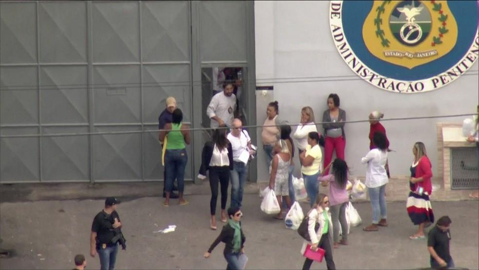 Empresário Eike Batista deixou o presídio de Bangu por volta das 9h25 deste domingo após três meses preso (Foto: Reprodução/GloboNews)