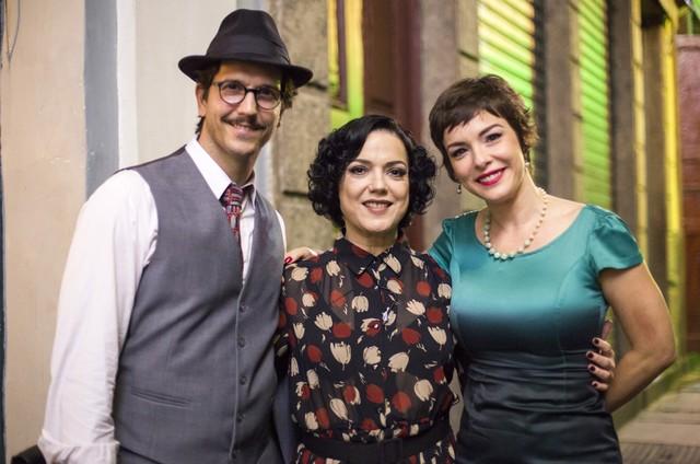 """Bete Coelho posa com Vladimir Brichta e Regiane Alves num intervalo de gravação de """"Cidade proibida""""  (Foto: Rede Globo / Marília Cabral)"""