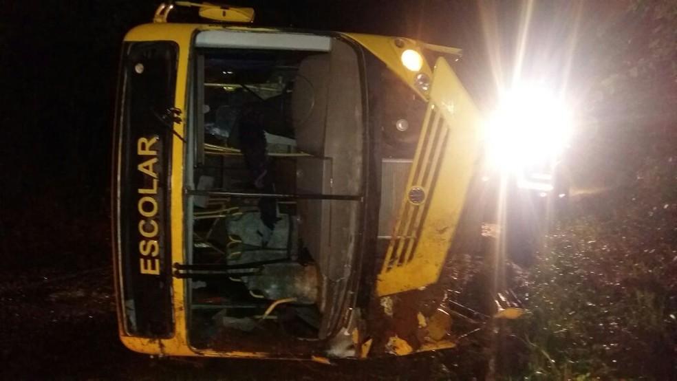 Acidente aconteceu na noite de sábado (13) na BR-489 (Foto: Divulgação/PRE)