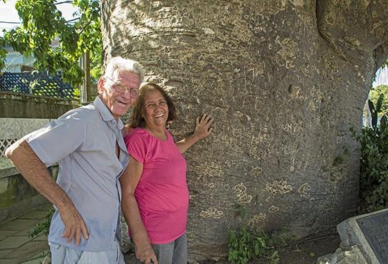 Um casal de visitantes abraça o enorme tronco de Maria Gorda  (Foto: © Haroldo Castro/Época)