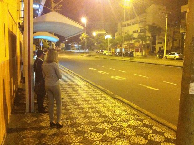 Usuários aguardavam os ônibus desde a madrugada (Foto: Moisés Soares/ TV TEM)
