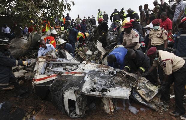 Diversas rádios locais e canais de TV relataram que o avião levava a família e o corpo de Olusegun Agagu, ex-governador do Estado de Ondo, para seu funeral. (Foto: Sunday Alamba/AP)