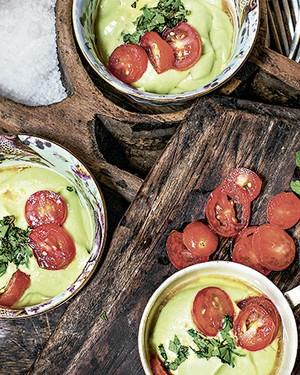 Creme gelado de abacate com saladinha de tomate  (Foto: Rogério Voltan/Editora Globo)