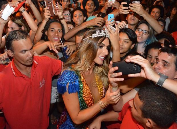 Nicole Bahls posa para selfies com fãs (Foto: Divulgação)