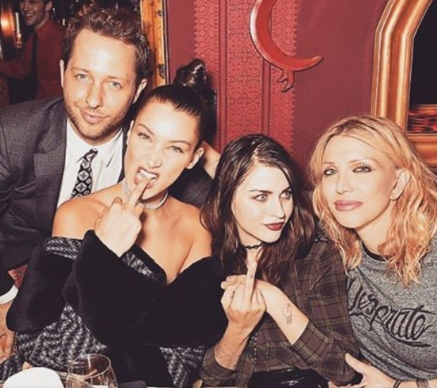 Derek Blasberg, Bella Hadid, Frances Bean Cobain e Courtney Love (Foto: Instagram/Reprodução)
