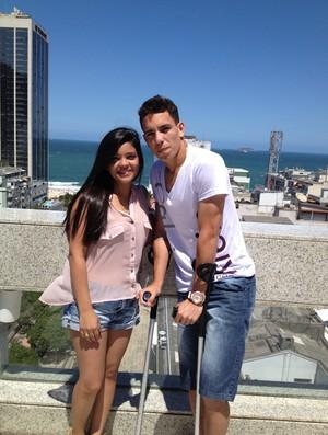 Caio com a namorada em Copacabana (Foto: Fair Play Assessoria)