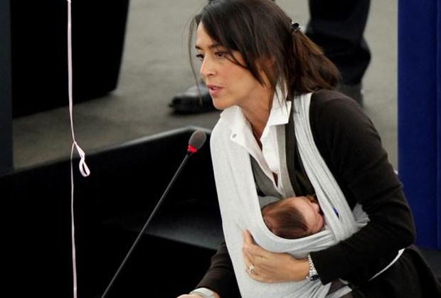 Licia Ronzulli com a filha em reunião do Parlamento Europeu em outubro de 2010. (Foto: Jean-Marc Loos/Reuters)
