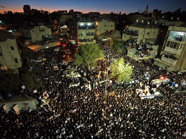 Milhares de judeus ultra-ortodoxos participaram em Jerusalém do funeral do rabino Ovadia Yosef, que morreu hoje em um hospital de Jerusalém (Foto: Menahem Kahana/AFP)