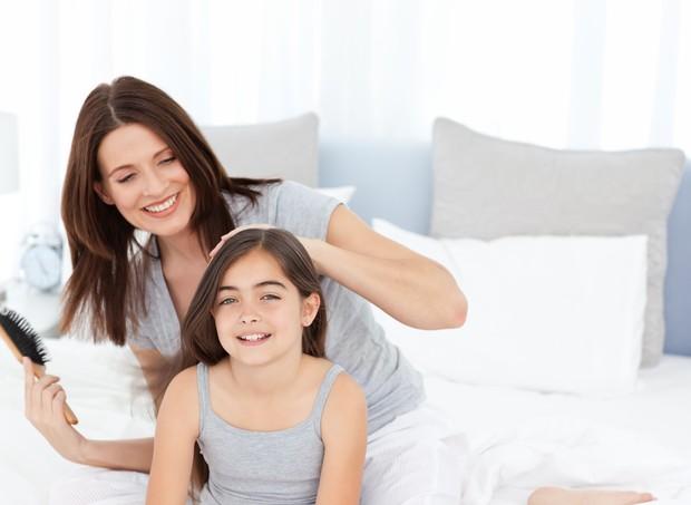 Desembaraçar os cabelos da criança não deve ser motivo de sofrimento  (Foto: Thinkstock)