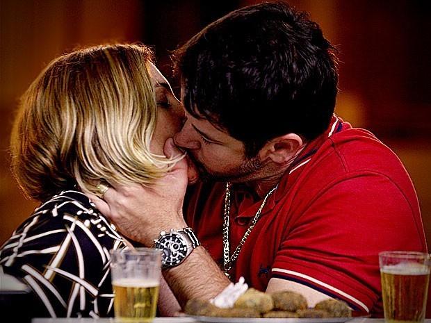 Tufão e Monalisam se beijam (Foto: Divulgação/TV Globo)