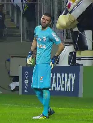 Mesmo com lesão no glúteo, Galo não finalizou no gol do Santos (Foto: Reprodução/SporTV)